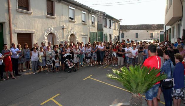 Unas 150 personas se concentraron ante las puertas del Ayuntamiento de Milagro.