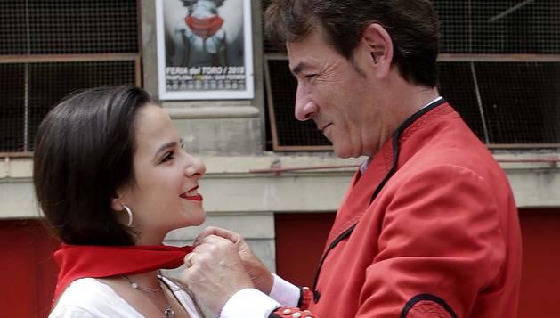 A los pies de la Monumental, Daniel Azcona Zabalza anuda el pañuelo de su fiesta a su hija, Elisabeth.