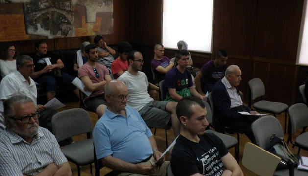 Varios de los jóvenes que forman parte del movimiento que ha ocupado el edificio del Gobierno de Navarra asistieron este jueves al pleno.