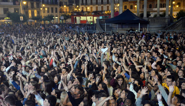El público sigue la música de Bombai con los brazos en alto.