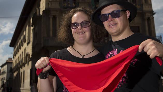 Leire Zabalza Santesteban e Ibai Ganuza Areta sostienen el pañuelico rojo en la plaza Consistorial.