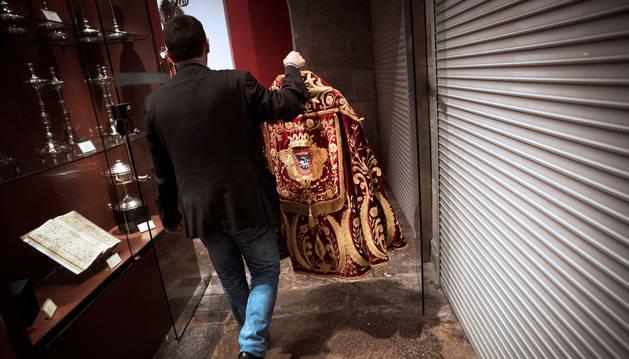 Enrique Bretos, miembro de la Corte de San Fermín, durante el tradicional acto de cambiar la capa de