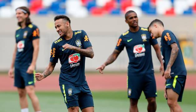 Neymar, sonriente durante un entrenamiento.