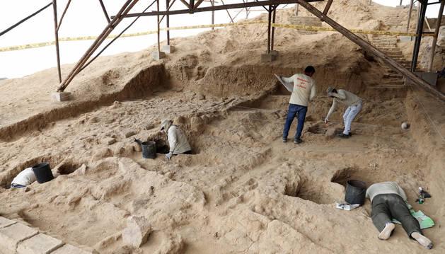 Arqueólogos investigan las tumbas de los antiguos incas del valle de las Pirámides.