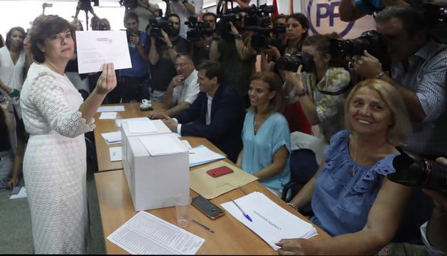 Soraya Sáez de Santamaría vota para la presidencia del PP en la sede del Distrito de Salamanca
