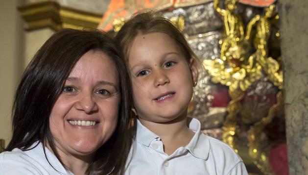 Neus Vives Unanua atesora a su hija Águeda Carroza Vives justo a los pies de San Fermín, un 'momentico' familiar.