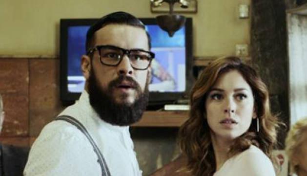 Mario Casas y Blanca Suárez en una escena de la película 'El Bar'.