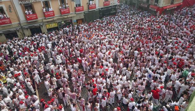 La Plaza Consistorial ha comenzado a llenarse hacia las 9 de la mañana de gente que esperaba a las 12 horas a que estallase la fiesta