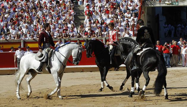 los rejoneadores Hernández, Hermoso de Mendoza y Armendáriz triunfan en la plaza de toros de Pamplona.