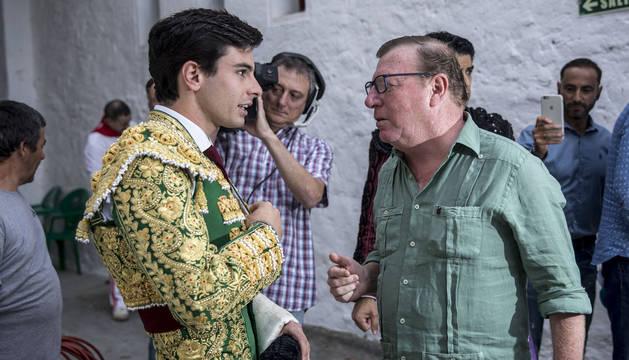 Toñete charla con César Cadaval en el patio de caballos