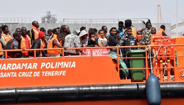 Inmigrantes rescatados en el mar de Alborán en Almería.
