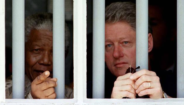 Nelson Mandela, en su celda con Bill Clinton.