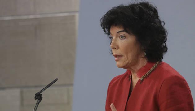 La portavoz del Gobierno, Isabel Celaá, durante la rueda de prensa en la que ha afirmado que el Gobierno impugnará ante el Tribunal Constitucional la moción aprobada en el Parlamento catalán.
