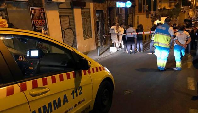 Fotografía facilitada por la Comunidad de Madrid del lugar en el madrileño barrio de Tetuán en el que se ha encontrado a una mujer de 47 años ahorcada y con evidentes signos de violencia.