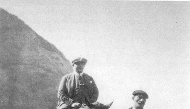 Herr Tucholsky a caballo.