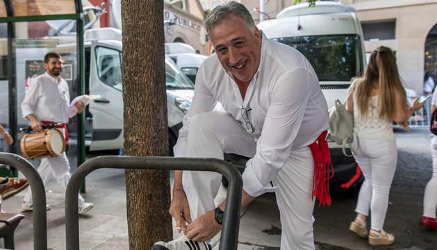 foto de Joseba Asiron, atándose la zapatilla, momentos antes del chupinazo.