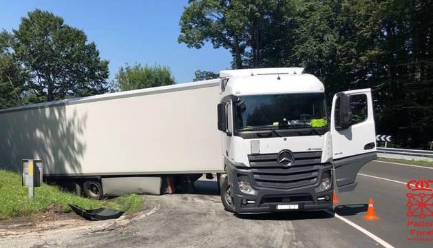La grúa retira un camión atascado cuyo conductor ha dado positivo en cocaína