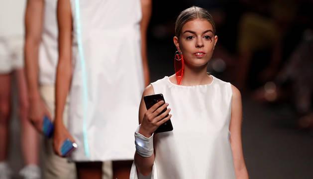 Nerea Rodríguez, ex concursante de Operación Triunfo 2017, luce como modelo una creación en el desfile de Constanza+LAB, en pasarela Mercedes-Benz Fashion Week Madrid.