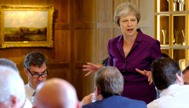 Theresa May, reunida con su gabinete.
