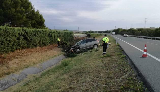 El coche accidentado en la AP 15 al salirse de la vía.
