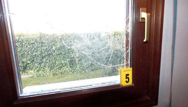 Una de la ventanas rotas en un robo en la comarca de Pamplona en 2017.