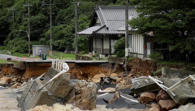 Un camino se destruye debido a un tren pesado en Higashihiroshima (Hiroshima, Japón).
