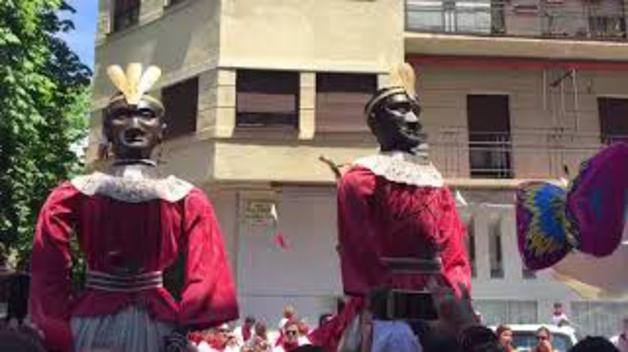 Así bailan los gigantes de Pamplona en el Ensanche