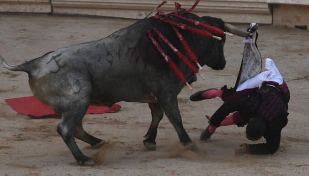 Cogida de Javier Castaño, corneado en la segunda corrida de toros de San Fermín.