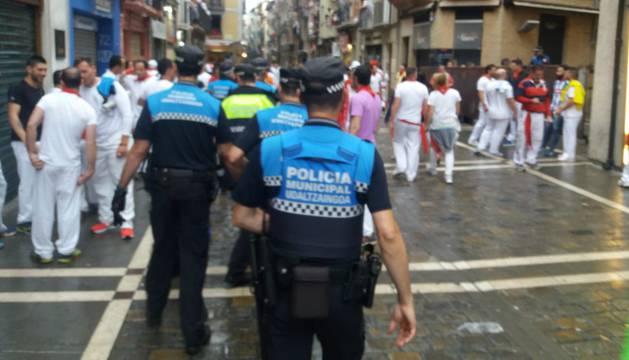 Agentes de la Policía Municipal patrullan por la calle Estafeta