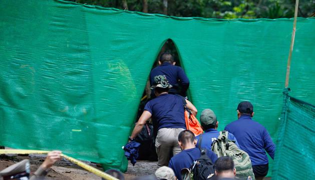 Personal militar entra en la cueva de Chiang Rai de Tailandia para rescatar a los niños.
