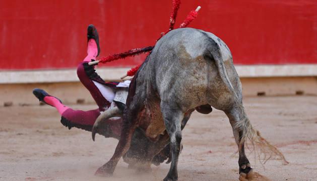 Cogida de Javier Castaño en la segunda corrida de toros de San Fermín.