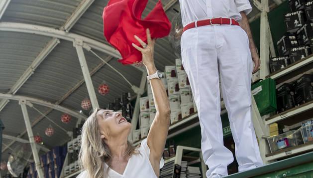 Anunci Donamaría recibe de su marido, Pedro Compains, el pañuelo de fiesta lanzado desde un mostrador de la Tómbola.