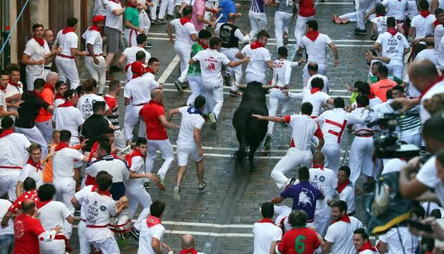 Imágenes del tercer encierro de los Sanfermines 2018, protagonizado por toros de Cebada Gago.