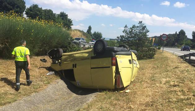 Un herido leve tras volcar con su coche en la AP-15