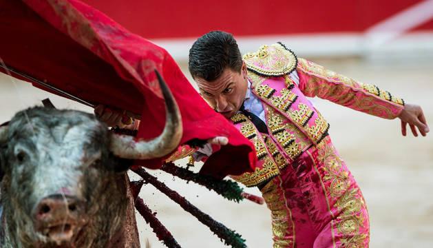 Los 'cebadita' protagonizan un encierro peligroso sin heridos por asta mientras la fiesta se acerca a su ecuador