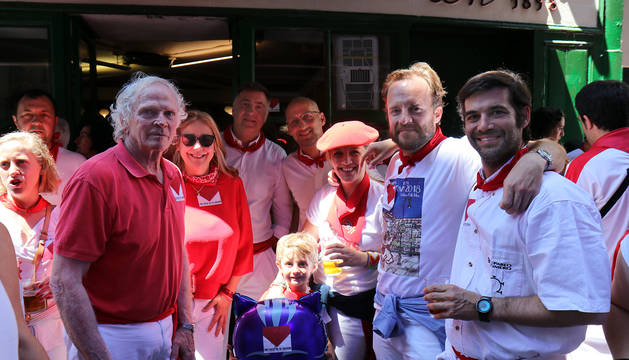 Chapu Apaolaza, junto a varios amigos, entre ellos Larry Belcher, en la puerta del Roch.
