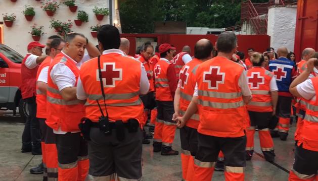 Voluntarios de Cruz Roja, en el patio de caballos de la Plaza de Toros