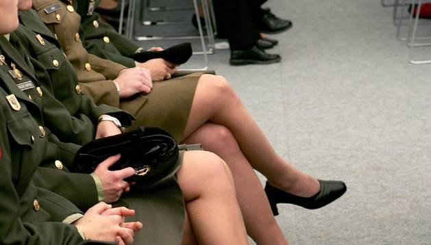 foto de Mujeres del ejército con el uniforme de falda.