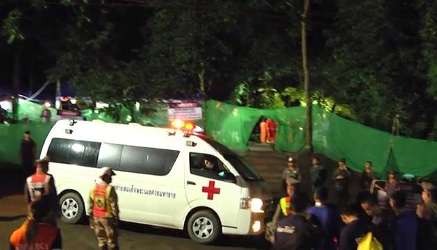 Equipos de rescate, en el exterior de la gruta en Tailandia.