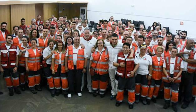 Joseba Asiron, junto a los voluntarios de Cruz Roja