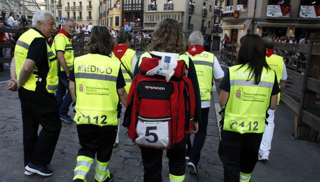 Los médicos de urgencia cubren, junto a Cruz Roja y DYA, el último tramo del encierro desde la bajada Javier.