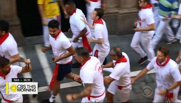 Iván Castro, con gafas, corriendo el encierro mientras le graban.