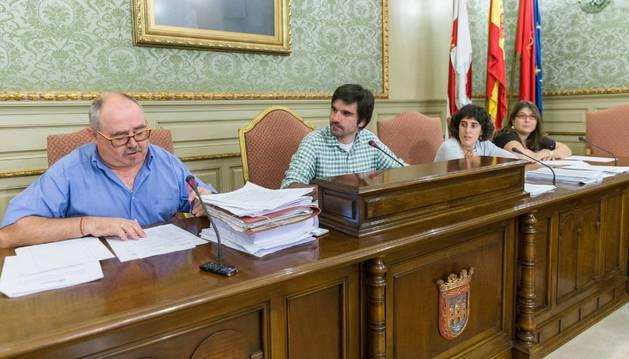 De izda. a dcha., Miguel Chivite, secretario municipal; el alcalde, Eneko Larrarte, y la edil Marisa Marqués.