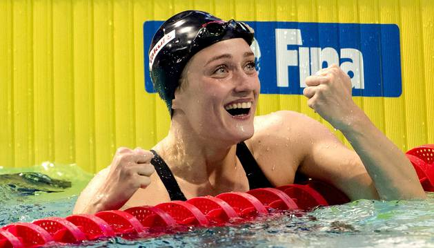 Mireia Belmonte celebrando una victoria tras haber nadado.