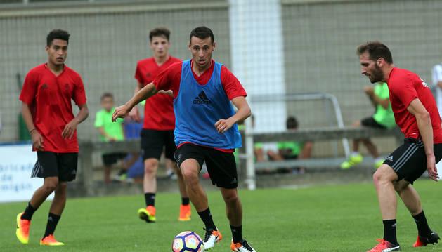 El navarro Imanol García, que regresa a Osasuna tras una temporada en el Villarreal B, durante una sesión de entrenamiento en Tajonar.