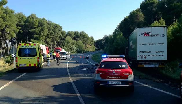 Ambulancias, Bomberos y Policía Foral trabajan en el lugar de los hechos.