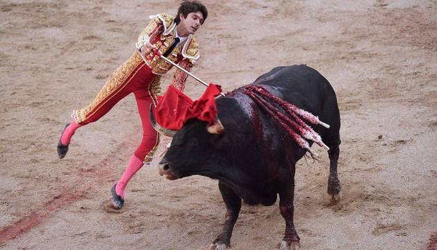 foto de El torero Sebastián Castella entra a matar en la cuarta corrida de San Fermín 2018.