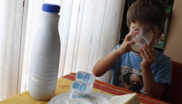 La leche de vaca y los derivados lácteos son alimentos básicos en la dieta de los niños.