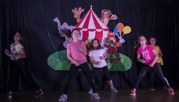 Algunas alumnas del campamento de danza, interpretando en el centro de Desojo la actuación con la temática circense.