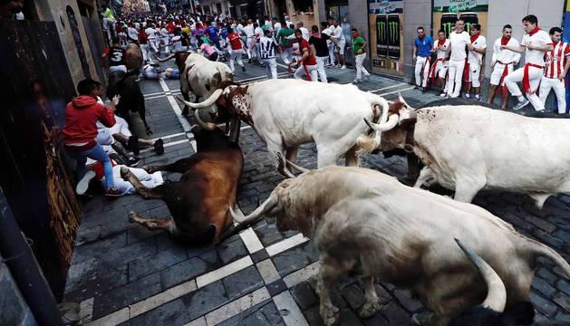 Imágenes del quinto encierro de los sanfermines, con toros de la ganadería Núñez del Cuvillo